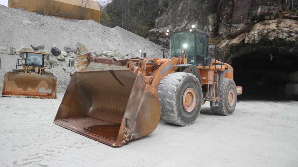 2011-case-1221e-265179-equipment-cover-image